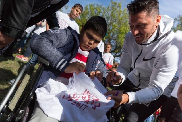 Ciprian Marica dând autografe micilor lui fani